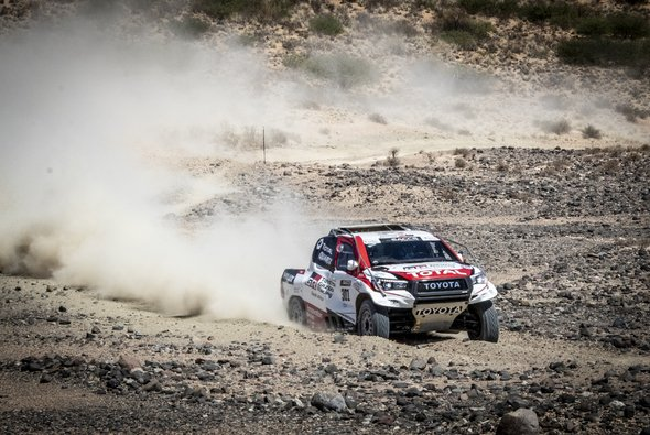 Fernando Alonso saß in Südafrika am Steuer eines Toyota Hilux. - Foto: Toyota Gazoo Racing South Africa