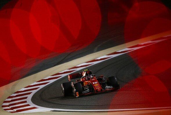 Charles Leclerc sicherte sich im Qualifying der Formel 1 in Bahrain die erste Pole Position seiner Karriere - Foto: LAT Images