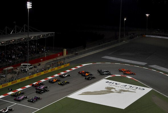 Der Start in Bahrain - Foto: LAT Images