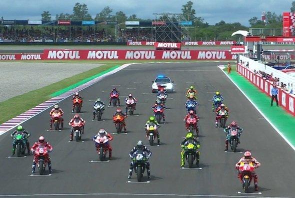 Cal Crutchlow startete aus der Mitte der dritten Reihe - Foto: Screenshot/MotoGP