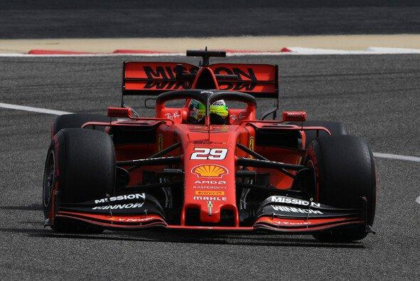 Mick Schumacher sitzt beim Young Driver Test der Formel 1 in Bahrain erstmals im Ferrari-Cockpit - Foto: LAT Images