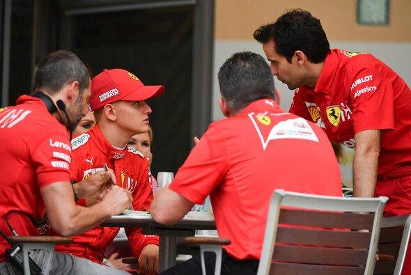 Mick Schumacher im regen Austausch mit den Ingenieure - genau wie Michael - Foto: LAT Images