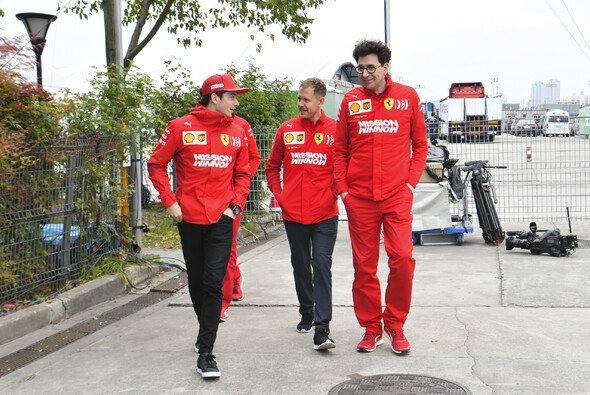 Charles Leclerc, Sebastian Vettel und Mattia Binotto - Foto: LAT Images