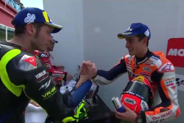 Rossi und Marquez gratulierten einander nach dem Argentinien-GP - Foto: Screenshot/MotoGP