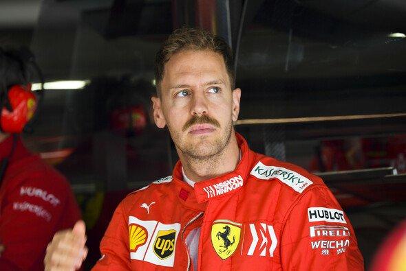 Sebastian Vettel zeigte sich in China mit Schnurrbart im Formel-1-Fahrerlager - Foto: LAT Images