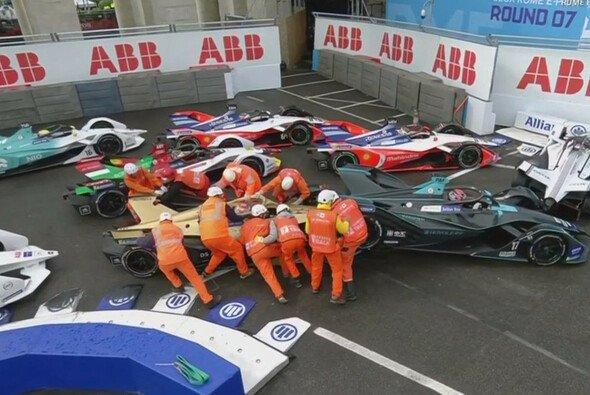 Und wieder einmal musste ein Rennen der Formel E zwischenzeitlich abgebrochen werden - Foto: Youtube/Screenshot