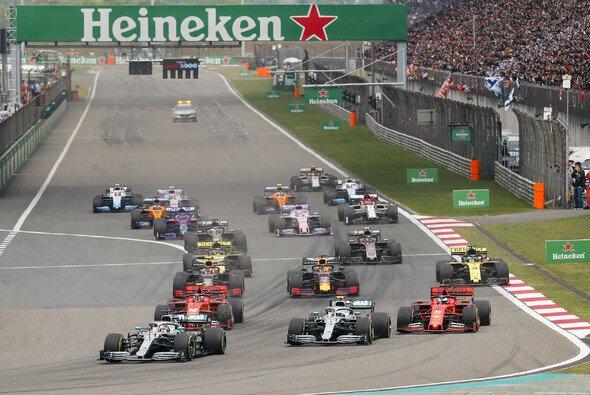 Lewis Hamilton gewinnt in Shanghai - Foto: LAT Images