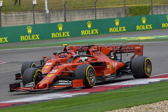 Wegen der Strategie musste sich Leclerc am Ende Verstappen geschlagen geben - Foto: LAT Images
