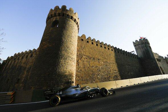Im Schatten der Burg, die Mercedes Bowsers Festung nennt, ging es Freitag hoch her in Baku - Foto: Mercedes-Benz