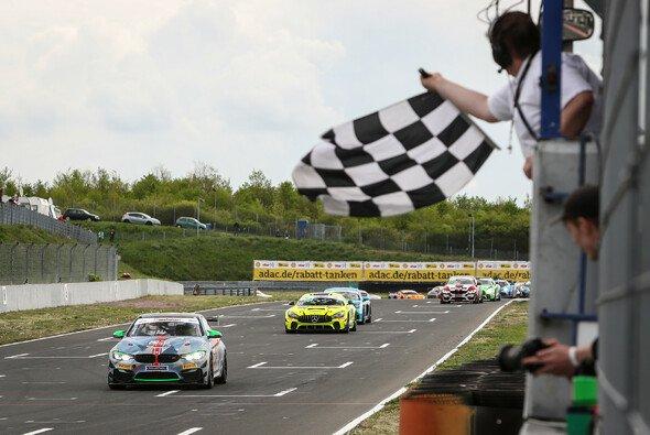Die ersten Sieger der ADAC GT4 Germany: Marius Zug und Gabriele Piana - Foto: ADAC GT4 Germany