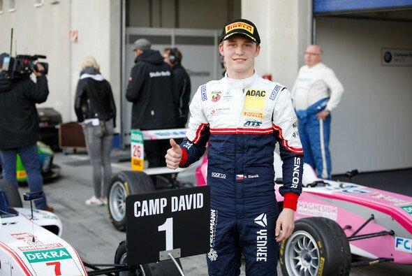 Daumen hoch: Roman Stanek führt in der Gesamtwertung - Foto: ADAC Formel 4
