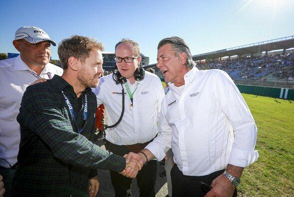 Manfred Sandbichler begrüßt DTM-Gast Sebastian Vettel am Hockenheimring - Foto: Hankook