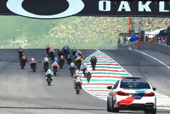 Die Regelhüter der MotoGP sehen beim Start genau hin - Foto: LAT Images