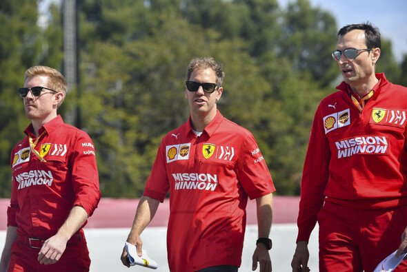 Sebastian Vettel beim Trackwalk in Barcelona, heute war er auch in der Pressekonferenz - Foto: LAT Images
