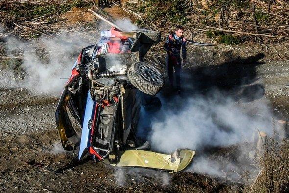 Thierry Neuvilles Hyundai war komplett zerstört - Foto: WRC