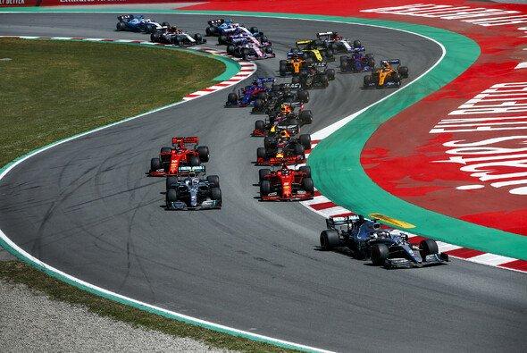 Bottas fiel am Start sogar fast hinter Vettel zurück - Foto: LAT Images