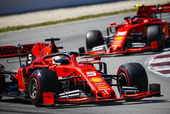 Sebastian Vettel und Charles Leclerc mussten in Barcelona gleich zweimal Positionen tauschen - Foto: LAT Images