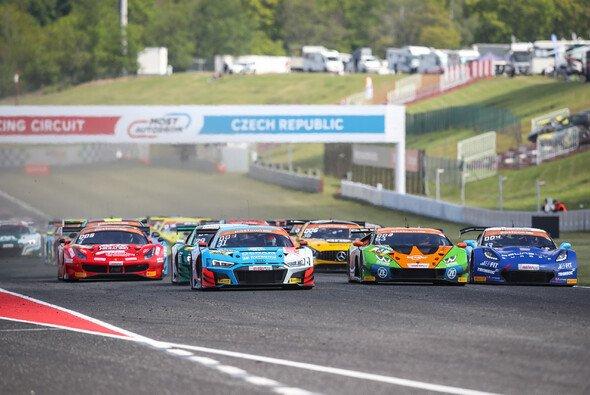 Die Sieger (2. v. l.) setzen sich bereits beim Start durch - Foto: ADAC GT Masters