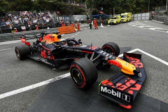 Max Verstappen war mit seinem bisher besten Formel-1-Qualifying in Monaco sichtlich zufrieden - Foto: LAT Images