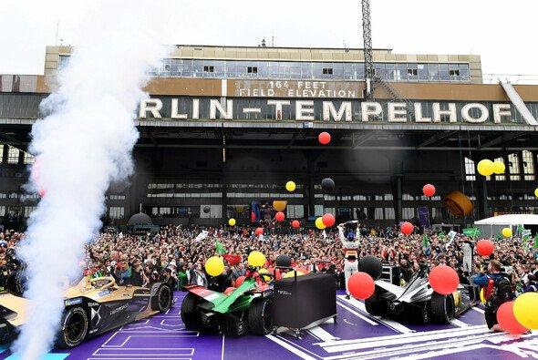 Großer Fan-Andrang bei der Podestfeier des Berlin ePrix mit Sieger Lucas di Grassi - Foto: LAT Images