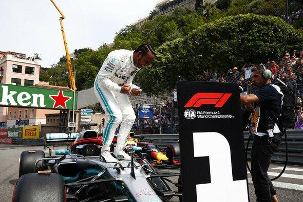 Lewis Hamilton feierte in Monaco nach der Pole ausgelassen - Foto: LAT Images