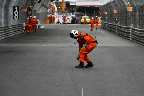 Riskierten die Streckenposten in Monaco zu viel? - Foto: LAT Images