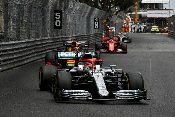 Lewis Hamilton musste sich heftigen Drucks Verstappens erwehren - Foto: LAT Images