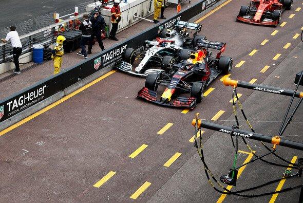 In Monaco kollidierten Max Verstappen und Valtteri Bottas nach dem Boxenstopp - Foto: LAT Images