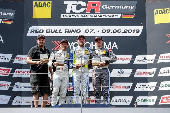 Buri (2.v.r) jubelt über seinen dritten Saisonsieg - Foto: ADAC TCR Germany