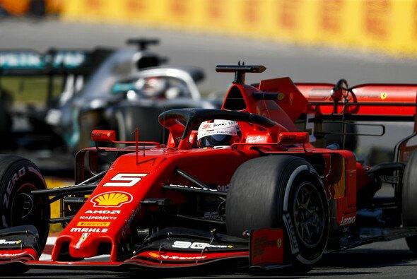 Sebastian Vettel kassierte eine Zeitstrafe nach Duell gegen Hamilton - Foto: LAT Images