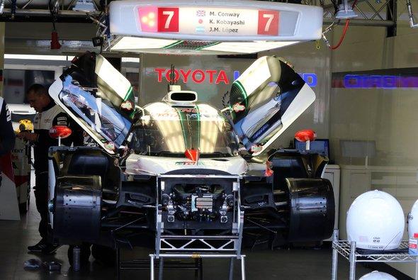 Der Toyota Nummer 7 musste während der Qualifikation repariert werden - Foto: Speedpictures