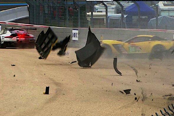 Ein heftiger Unfall sorgt für das vorzeitige Ende der #64 Corvette - Foto: Eurosport/Screenshot