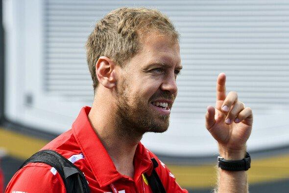 Sebastian Vettel erklärt in Frankreich die strittige Szene aus Kanada noch einmal ganz genau - Foto: LAT Images