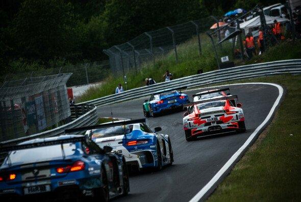 Beim 24h-Rennen am Nürburgring herrscht wieder reger Fahrbetrieb - Foto: Felix Maurer