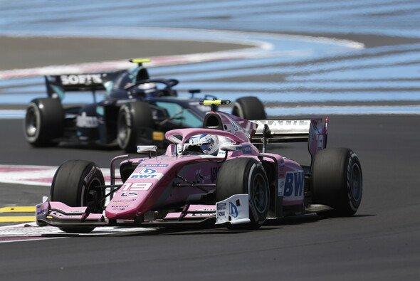 Anthoine Hubert feiert in der Formel 2 in Frankreich einen Heimsieg - Foto: LAT Images