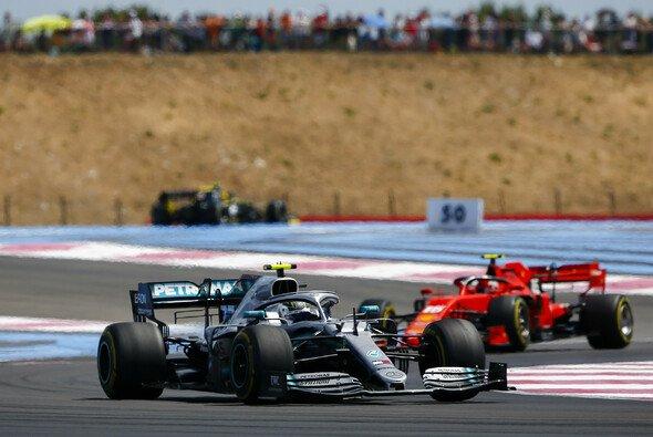 Valtteri Bottas rettete beim Formel-1-Rennen in Frankreich seinen zweiten Platz gerade so vor Charles Leclerc - Foto: LAT Images