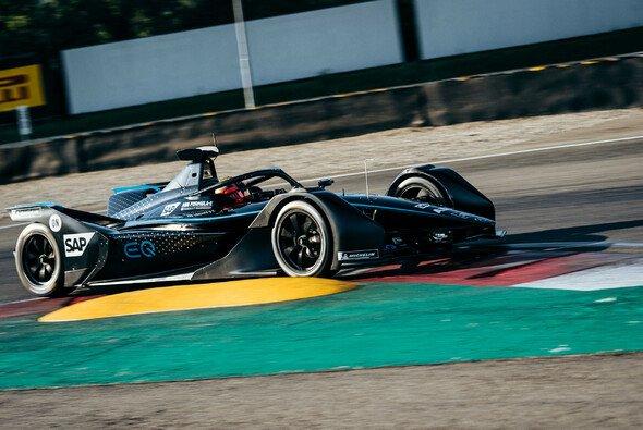 Varano: Mercedes testet den Silberpfeil in einer Vorab-Lackierung - Foto: Daimler AG