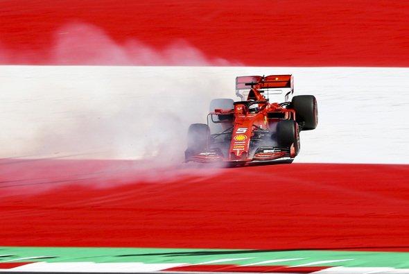 Sebastian Vettel lieferte im Training einen spektakulären Dreher - Foto: LAT Images