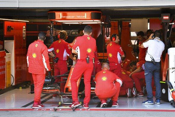 Sebastian Vettel musste das Österreich-Qualifying aus der Ferrari-Garage verfolgen - Foto: LAT Images