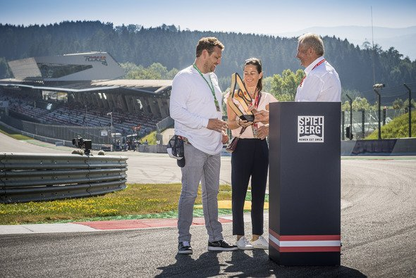 Birgit und Lukas Lauda mit Dr. Helmut Marko in der Niki Lauda Kurve - Foto: Red Bull Content Pool