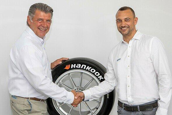 Hankook-Motorsportdirektor Manfred Sandbichler und ITR-Geschäftsführer Achim Kostron - Foto: Hankook