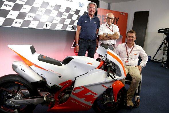 ADAC Sportpräsident Hermann Tomczyk, Dorna-CEO Carmelo Ezpeleta und KTM-Motorsportchef Pit Beirer bei der Präsentation des Northern Talent Cups - Foto: ADAC Motorsport