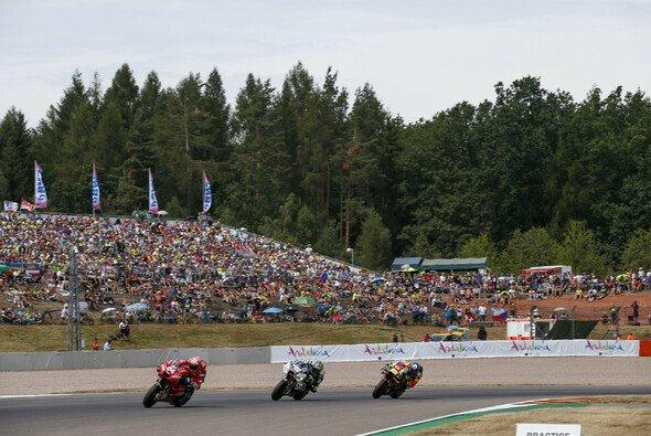 Volle Tribünen beim HJC Helmets Motorrad Grand Prix Deutschland - Foto: ADAC Motorsport