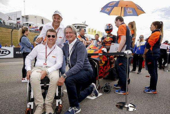 Hermann Tomczyk mit Heinz Kinigardner und Pit Beirer von KTM - Foto: ADAC Motorsport