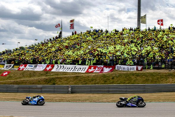 Gelbes Fahnenmeer auf den VR46-Fantribünen - Foto: ADAC Motorsport