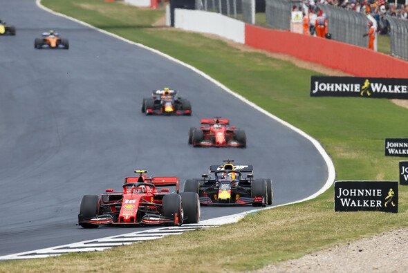 Charles Leclerc und Max Verstappen duellierten sich beim Formel-1-Rennen in Silverstone über viele Runden - Foto: LAT Images