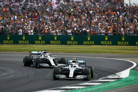 Valtteri Bottas setzte sich im direkten Duell gegen Lewis Hamilton mit seinem sehenswerten Manöver durch - Foto: LAT Images