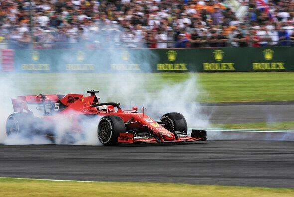Sebastian Vettel nach dem Crash mit Max Verstappen in Silverstone - Foto: LAT Images