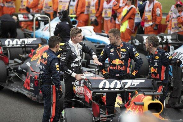 Max Verstappen erklärt Red-Bull-Mechanikern im Parc Ferme den Crash - Foto: LAT Images