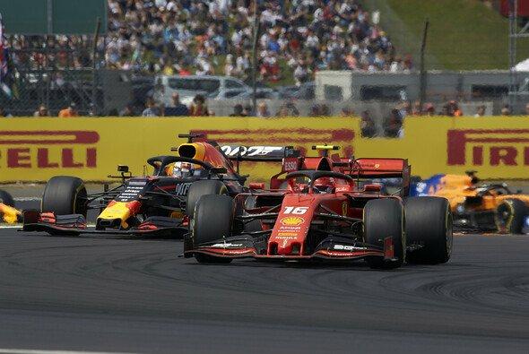 Charles Leclerc und Max Verstappen schenkten sich in Silverstone nicht einen Millimeter - Foto: LAT Images